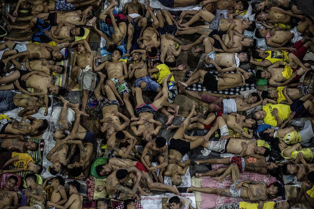 Филиппиндеги кылмышкерлер кармалуучу абак. Түрмө 800 адамга пландалып курулганы менен анда 3 800 адам камалып жатат