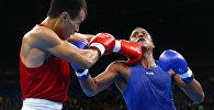 Боксер из Кыргызстана Эркин Адылбек уулу и Хуан Карлос Карилло из Колумбии во время боя в предварительном раунде на XXXI летних Олимпийских играх в Рио-де-Жанейро в весовой категории до 48 кг.
