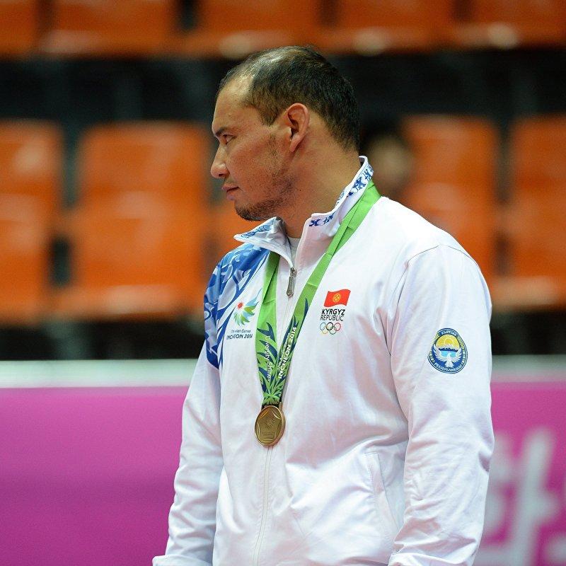 Бронзовый призер из Кыргызстана Жанарбек Кенжеев во время церемонии награждения среди мужчин по греко-римской борьбе на 16-х Азиатских игр в Гуанчжоу. 22 ноября 2010