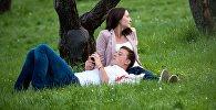 Отдыхающие в парке. Архивное фото