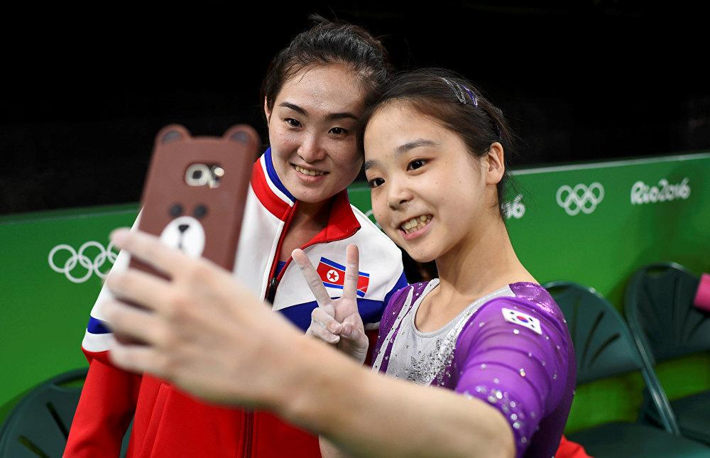 Түндүк Корея менен Түштүк Кореянын спортчулары эстеликке селфи кылышууда