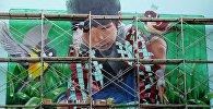 В рамках арт-проекта Я люблю Бишкек в столице появились пятиметровые граффити мальчика и птичек.
