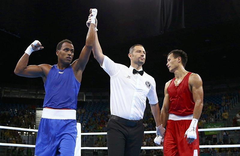 Боксер из Кыргызстана Эркин Адылбек уулу и Хуан Карлос Карилло из Колумбии во время боя в предварительном раунде на XXXI летних Олимпийских играх в Рио-де-Жанейро в весовой категории до 81 кг.