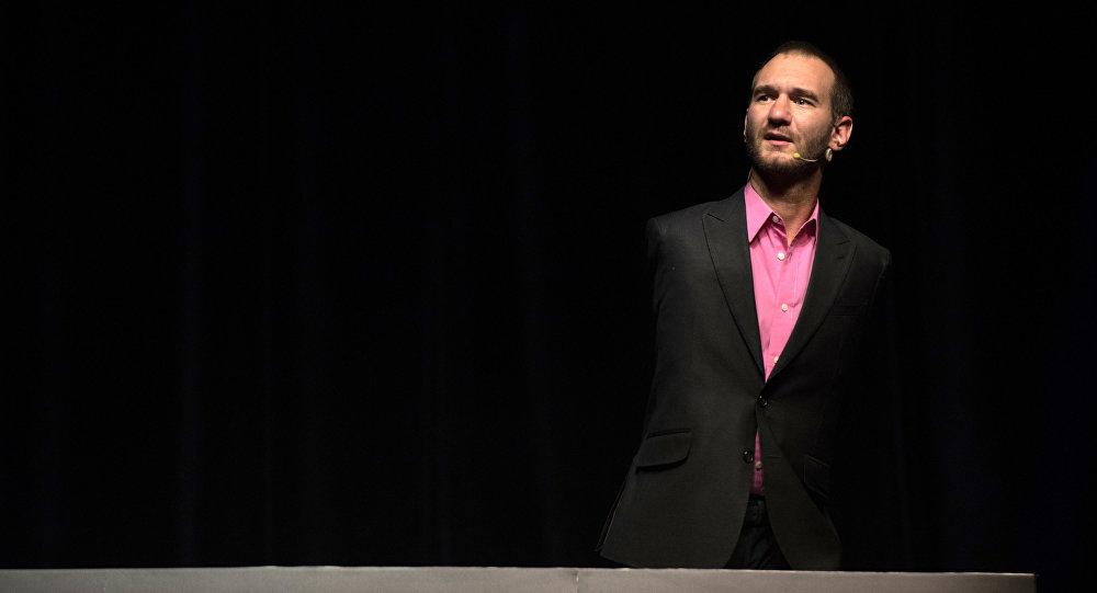 Писатель и меценат Ник Вуйчич во время выступления. Архивное фото