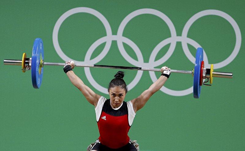 Кыргызстанская тяжелоатлетка Жаныл Окоева во время соревнований на XXXI летних Олимпийских играх в Рио-де-Жанейро в весовой категории до 48 кг.