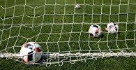 Футбольные мячи газоне, архивное фото