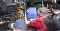 Офицер обращается к новобранцам. Архивное фото