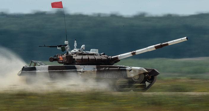 Экипаж танка Т-72Б3 армии Кыргызстана во время прохождения дистанции танкового биатлона на полигоне Алабино.