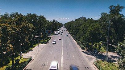 Автомобильное движение на одной из улиц Бишкека. Архивное фото
