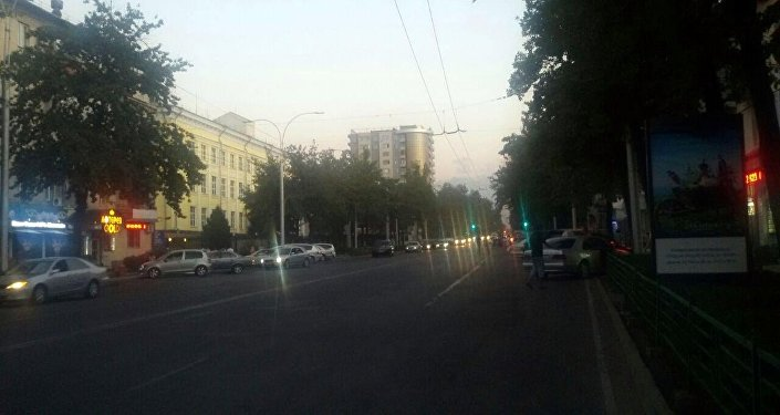 Мэрия Бишкека убирает рекламные щиты с центральных дорог города.