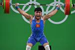 Тяжелоатлет из Кыргызстана Иззат Артыков на XXXI летних Олимпийских играх в Рио-де-Жанейро в весовой категории до 69 кг.