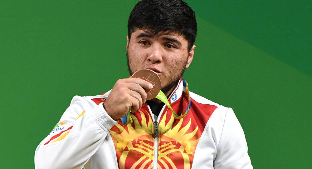 Оор атлетчи Иззат Артыковдун архивдик сүрөтү