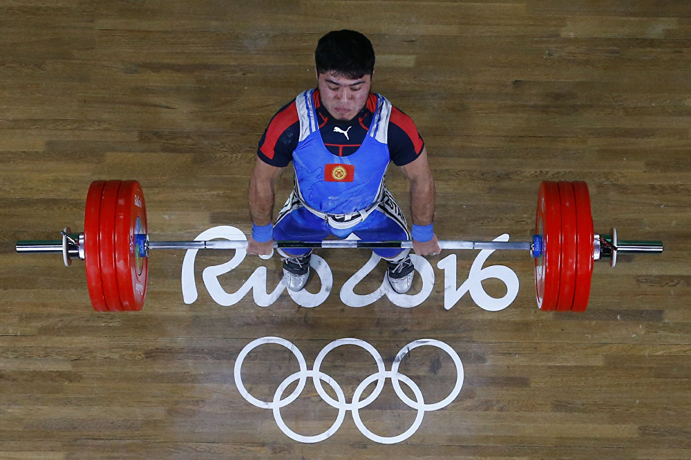 Китайский тяжелоатлет ШиЧжиюн победил наОлимпиаде вРио