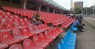 Зрители на стадионе Долона Омурзакова до начала концерта российской певицы Валерии в Бишкеке