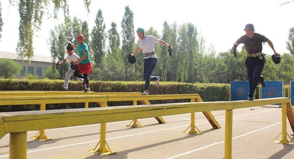 Пожарные преодолевают полосу препятствий на чемпионате Кыргызстана по пожарно-спасательному спорту