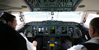 Пилоты готовятся к полету в кабине самолета. Архивное фото