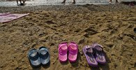 Тапочки на берегу. Архивное фото