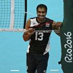 Волейболчу Мохаммед Бадави тыныгуу учурунда тосмо жипти тиштеп турат