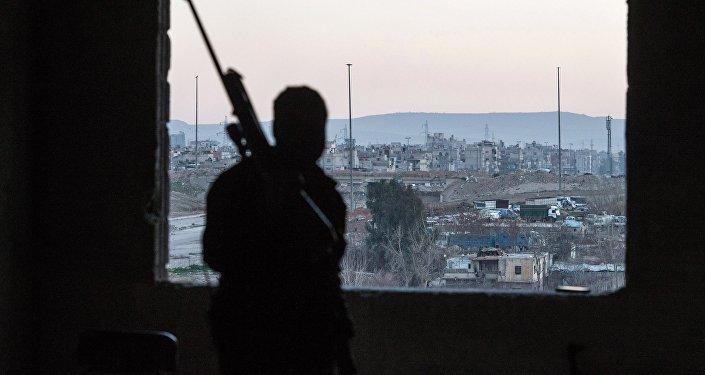 Вооруженный мужчина в одном из домов Дамаска. Архивное фото
