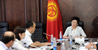 Вице-премьер-министр Кыргызской Республики Гульмира Кудайбердиева во время рабочего совещания по вопросу организации и отправки гуманитарной помощи этническим кыргызам, проживающим на Большом и Малом Памире Исламской Республики Афганистан.
