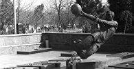 Памятник игрокам футбольной команды Пахтакор, погибшим в авиакатастрофе 11 августа 1979 года. Боткинское кладбище в Ташкенте. Архивное фото