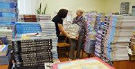Учителя сортируют новые учебники. Архивное фото