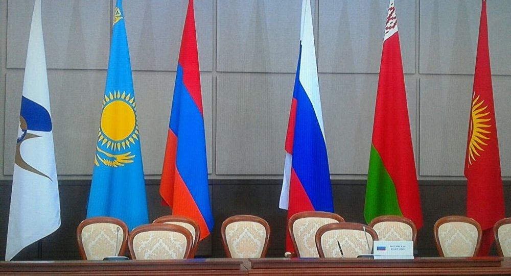 Архивное фото флагов стран участников ЕАЭС