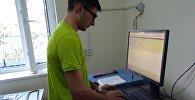Сотрудник Кыргызгидромета знакомится с оборудованием для автоматической станции наблюдения за парниковыми газами на территории озерной обсерватории.