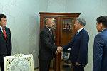 Президент Алмазбек Атамбаев Афганистандын Улуттук коопсуздук кеңешинин катчысы Мохаммад Ханиф Атмарды кабыл алуу учурунда