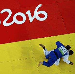 Дзюдоист из Кыргызстана Юрий Краковецкий против кубинца Алекса Максела Гарсия Мендозы во время соревнований на олимпийских игр в Рио-Де-Жанейро