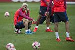 Аргентинский нападающий Барселоны Лионель Месси сидит на мяче во время тренировки. Архивное фото