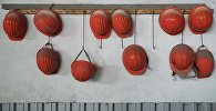 Каски рабочих на заводе. Архивное фото