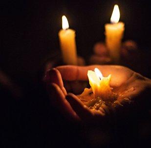 Мужчина с свечой в руке. Архивное фото