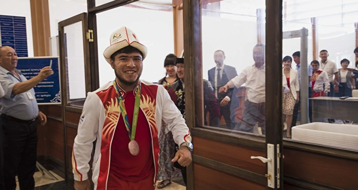 Встреча бронзового призера Олимпиады в Рио Иззата Артыкова и тренера в аэропорту Манас