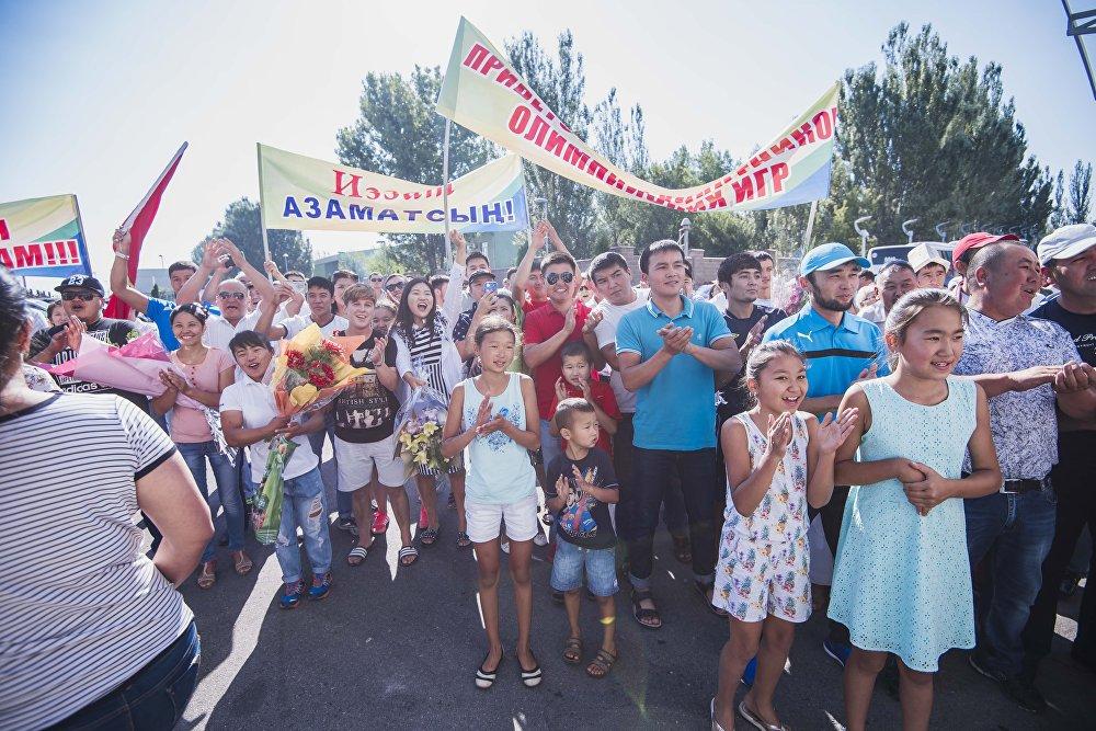 Кыргызстандын намысын коргогон спортчуларды күйөрмандар сүрөөнгө алып турушту