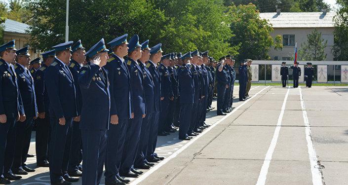 По традиции и в соответствии с требованиями воинского устава праздник начался с торжественного построения и выноса российского стяга, флага ВВС и боевого знамени воинской части
