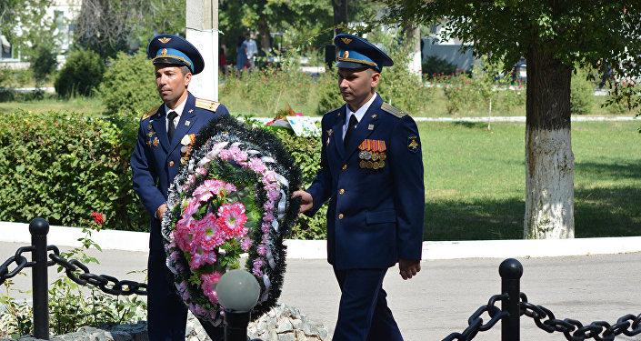 Военнослужащие, почетные гости и ветераны возложили венки и цветы к Вечному огню и мемориалу памяти авиаторов, павших в боях за Родину