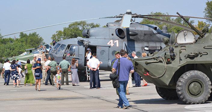На аэродроме для гостей и желающих была выставлена авиационная и другая военная техника