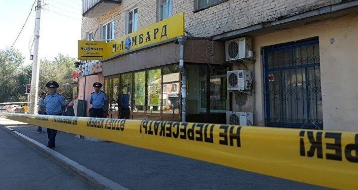 Сотрудники полиции Казахстана у ломбарда где неизвестный захватил заложников