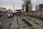 Люди у горящего бензовоза марки КамАЗ в Джале