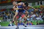 Борец из Кыргызстана Арсен Эралиев во время схватки с с кубинцем Исмаэлем Борреро