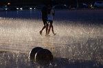 Прохожие во время сильного дождя. Архивное фото