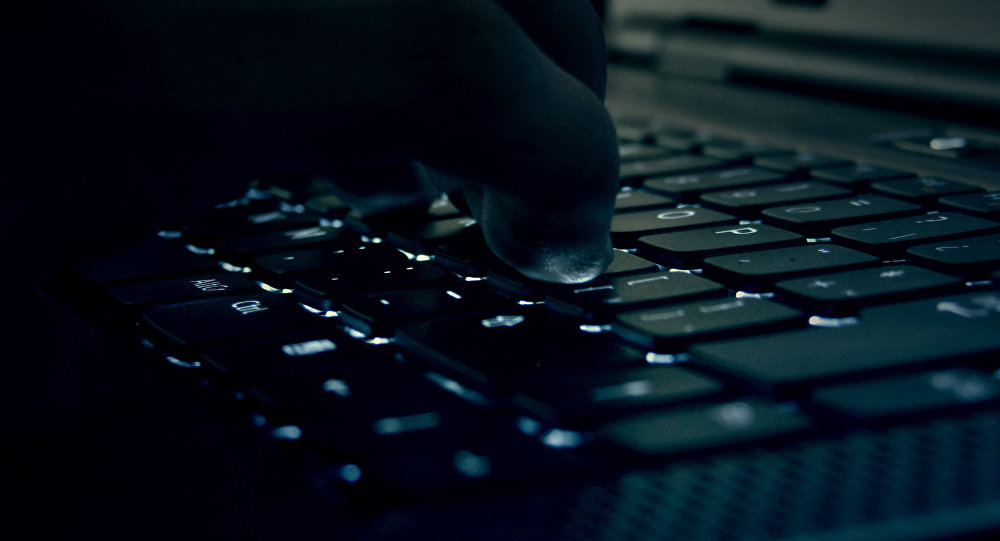 Мужчина работает за ноутбуком. Архивное фото