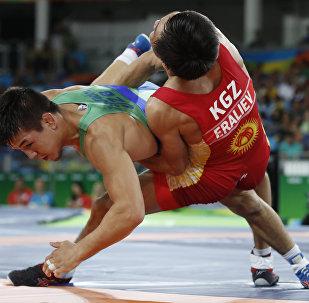 Борец греко-римского стиля из Кыргызстана Арсен Эралиев во время схватки за бронзовую медаль с соперником из Узбекистана
