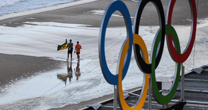 Болельщики идут по пляжу Копакабана  в Рио-де-Жанейро. Архивное фото