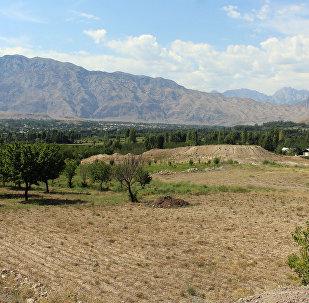 Чек арага жакын Баткен айылы. Архивдик сүрөт