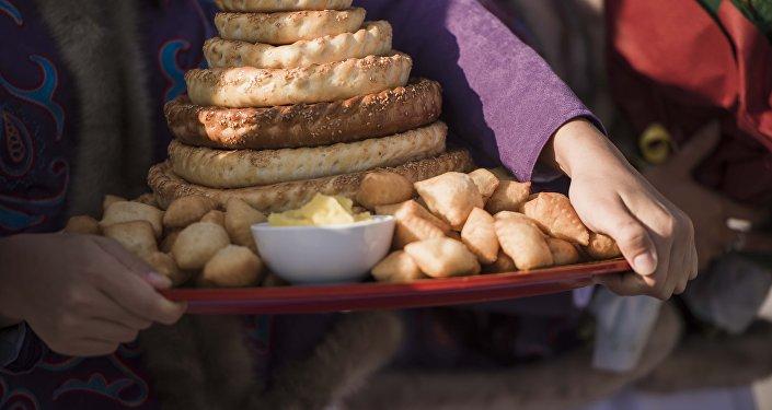 Девушки встречает гостей с хлебом и маслом. Архивное фото
