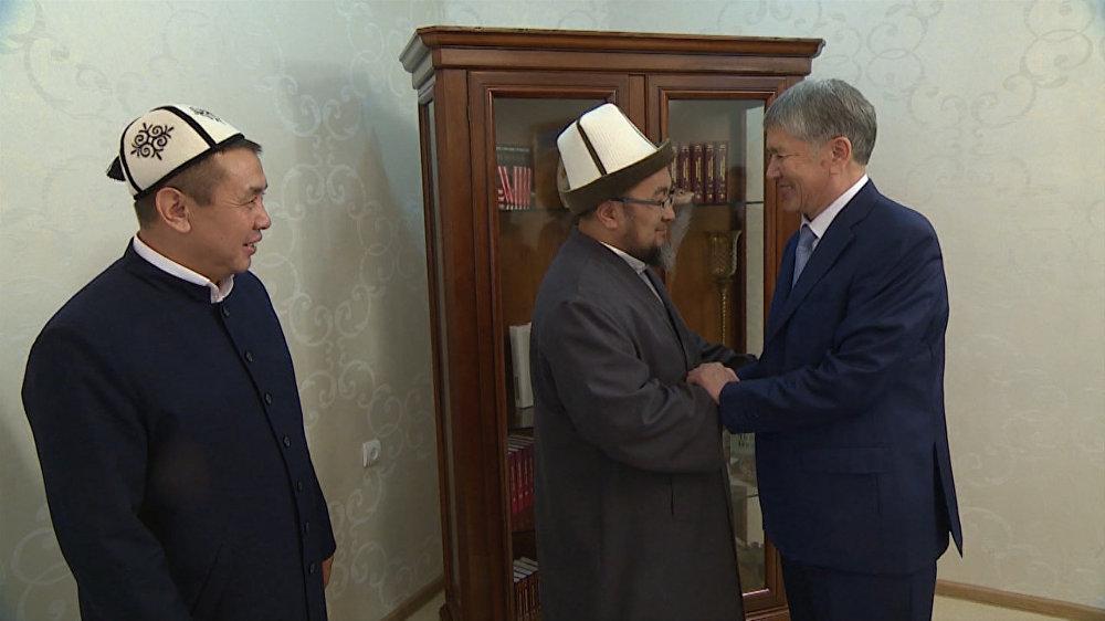Чубак ажы 2010-2012-жылдары Кыргызстан мусулмандар дин башкармалыгын жетектеген. Сүрөттө дагы бир дин аалымы Абдышүкүр Нарматов жана мурдагы президент Алмазбек Атамбаев менен