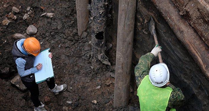 Археологические во время раскопок. Архивное фото