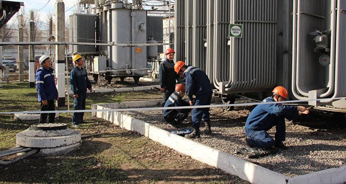 Сотрудники ОАО Национальная электрическая сеть Кыргызстана проводят ремонт высоковольтных подстанций